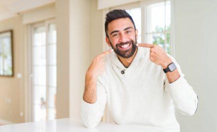 Perché i denti diventano gialli? 4 cattive abitudini da eliminare per un sorriso da star
